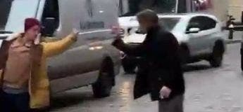 Combat silencieux avec deux hommes qui se font des doigts d'honneur
