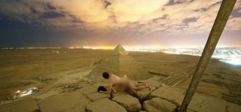 Un couple fait scandale, en faisant l'amour nu, sur une pyramide d'Égypte