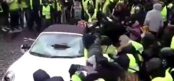 Des gilets jaunes saccagent une Porsche et la retourne (vidéo)