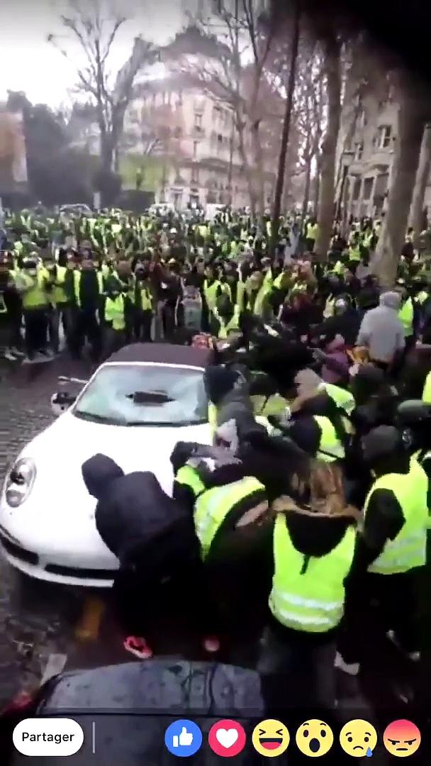 Des Gilets Jaunes Saccagent Une Porsche Et La Retourne Vid 233 O
