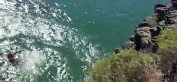 Elle veut sauter de la falaise dans l'eau mais change d'avis trop tard