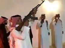 Il essaye de tirer à une main avec son AK47, a deux cm de tuer son pote