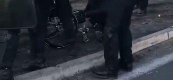 Les CRS s'en prennent violemment à un gilet jaune en fauteuil roulant, une vidéo scandaleuse