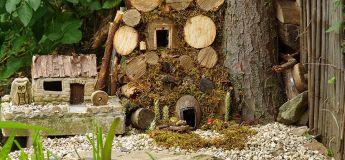 Un mignon village miniature de souris construit par un homme dans son jardin