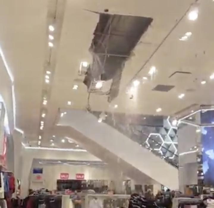une fuite d eau fait effondrer le plafond de ce store new york. Black Bedroom Furniture Sets. Home Design Ideas