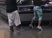 Regardez cette fille twerker tranquillement dans les rayons de ce supermarché