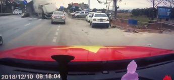 Vietnam : Une femme sauve un enfant d'un terrible crash de camion qui perd le contrôle de sa trajectoire