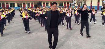 Ce directeur d'école fait danser ses élèves chaque matin pour les déconnecter de leur Smartphone