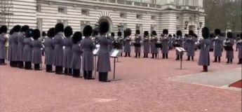 Pour exprimer leur fierté, la garde royale joue «Bohemian Rhapsody» devant Buckingham Palace