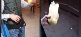 Il mange, non seulement le sandwich, mais aussi tout son packaging extérieur