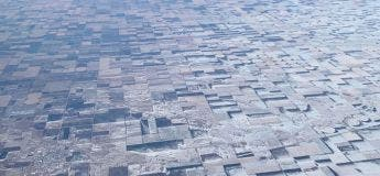 La neige soufflée par le vent donne un aspect 3D plat aux terres agricoles