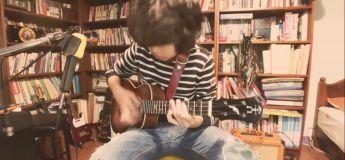 Il joue brillamment du Ukulélé à seulement 11 ans