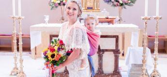 Cette mariée a choisi de porter son enfant de 2 ans sur le dos en marchant jusqu'à l'autel
