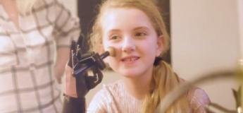 Avec ses bras bioniques, cette ado de 13 ans peut maintenant peindre et maquiller