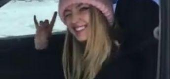 Une jolie blonde s'amuse à faire des donuts sur la neige avec sa Subaru