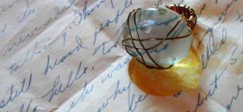 Cette designer a transformé les lettres d'amour de ses grands-parents datant de la Seconde Guerre mondiale en bijoux
