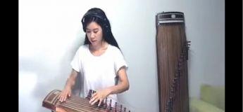 Elle joue magnifiquement une chanson rock avec un instrument à cordes appelé le gayageum