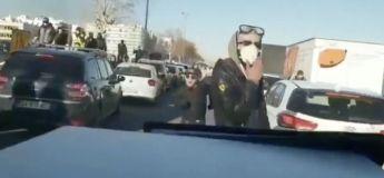 Un camion de police caillasse à Lyon sur l'autoroute, la policière au volant en pleurs (vidéo)