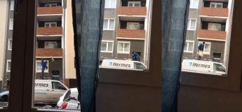 Cette personne essaye de livrer un colis en montant sur le toit de sa camionnette et en le jetant vers le balcon