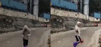 En dansant, il fait accidentellement tomber son téléphone portable d'en haut de la pente d'une colline