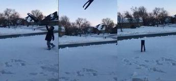 A cause du froide glacial, ce pantalon gelé se tient debout dans la neige après avoir été jeté en l'air