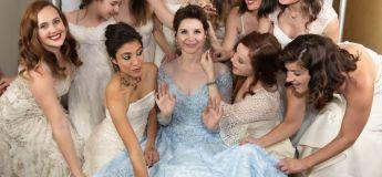 Un mariage insolite où les femmes invitées avaient à revêtir leur ancienne robe de mariée