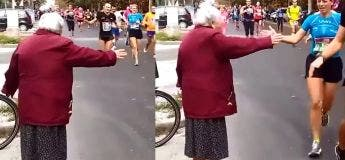 Cet adorable vieille dame donne des « high five » à des participants d'un marathon