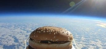 Un hamburger en provenance de l'espace atterrit sur un terrain de football et un homme l'a mangé !