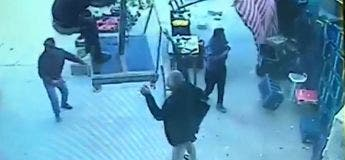 Turquie : Un homme tente de retenir un parasol mais s'envole avec lors d'une tempête violente (Video)
