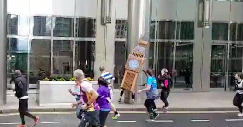 Ce coureur, déguisé en Big Ben, se fait emporter par des vents violents pendant un marathon
