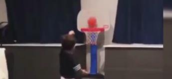 A 2 ans, ce petit garçon est un pro du basket !