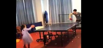 VIDEO : Cette petite fille est une surdouée du ping-pong
