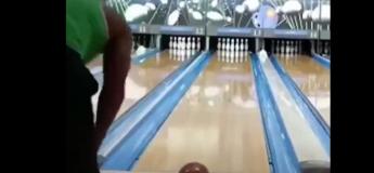 VIDEO : Réaliser un double strike au bowling, c'est du pur génie !