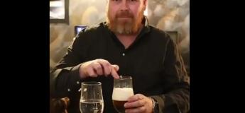 Cet homme nous montre la différence acoustique entre l'eau et la bière