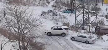 Ces voitures galèrent à rouler sur la neige (Vidéo)
