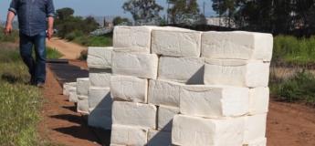 Cet homme construit un mur en fromage à la frontière entre les Etats-Unis et le Mexique