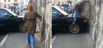 Elle décide de monter sur le capot d'une voiture garée sur le long du trottoir au lieu de passer derrière