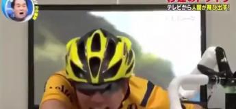Ils regardent une course cycliste à l'écran jusqu'à ce que celle-ci devienne réalité… et les choque totalement ! (Vidéo)