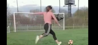 Cette footballeuse sait ce qu'elle vise et ne rate pas sa cible !
