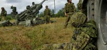 Ce soldat s'assoupit au beau milieu d'un champ de bataille et se fait réveiller d'une façon pas très douce (Vidéo)