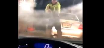 Il voulait juste laver sa voiture et finit par exécuter une belle chorégraphie sans le vouloir ! (Vidéo)