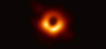 Découvrez la première image officielle d'un trou noir situé à 50 millions d'années-lumière de notre planète (vidéo)