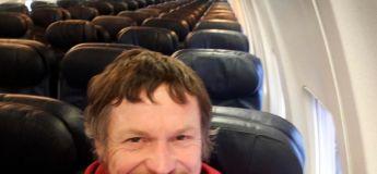 Il prend l'avion et découvre qu'il est le seul passager à bord