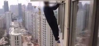 Un voleur s'accroche à la fenêtre du 23e étage pour échapper à la police