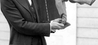 Charlie Chaplin, le portrait de l'humoriste à moustache et chapeau, pour son 130ème anniversaire