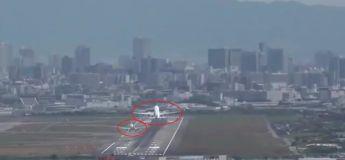 Deux avions atterrissent sur la même piste d'atterrissage, regardez ce qu'il se passe !