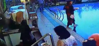 A la recherche de sa table,  la jeune femme ne voit pas la piscine et tombe à l'eau !