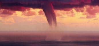 Un vacancier filme un OVNI s'échappant d'un mystérieux nuage rouge en Thaïlande