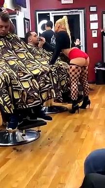 On va certainement souhaiter couper les cheveux chaque minute de chaque jour dans ce spécial salon de coiffure