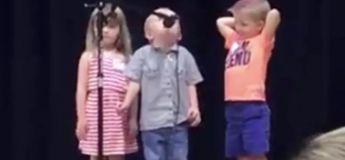 Ce petit garçon interrompe la chanson du groupe et chante adorablement la chanson»The Imperial March» de Star Wars